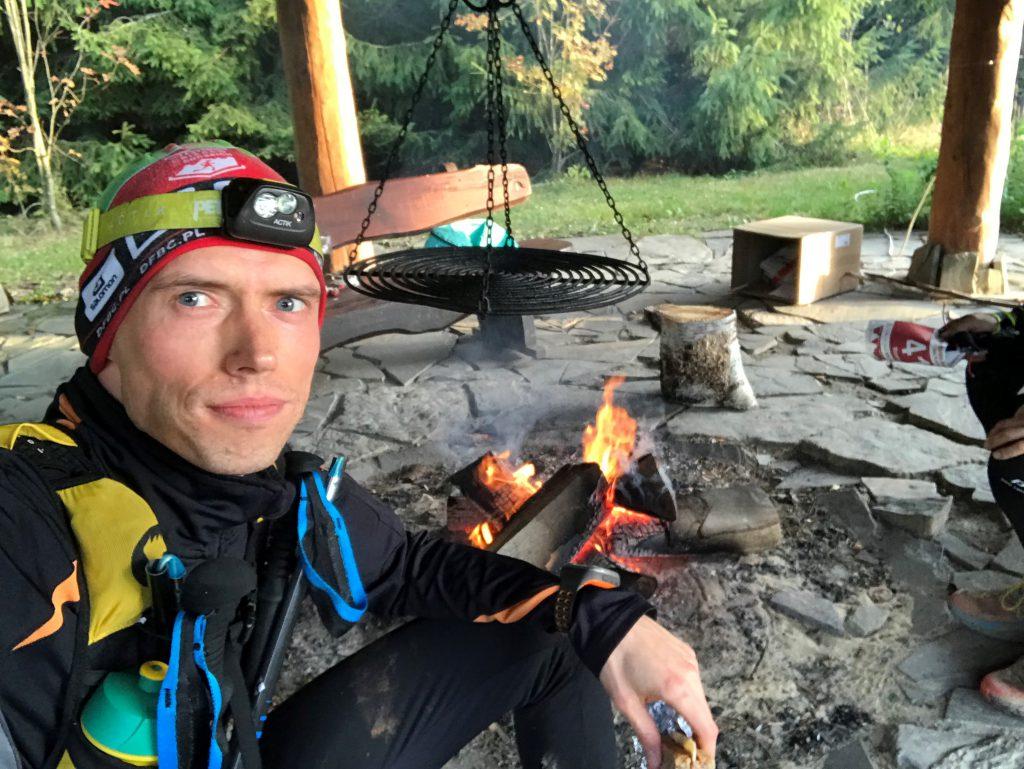 TeamPlutt Daniel Pluta przy ognisku zRoman Ficek